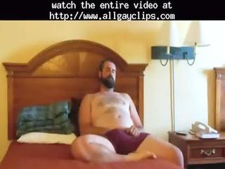 paja de oso barbudo  bearded bear wanks into bed